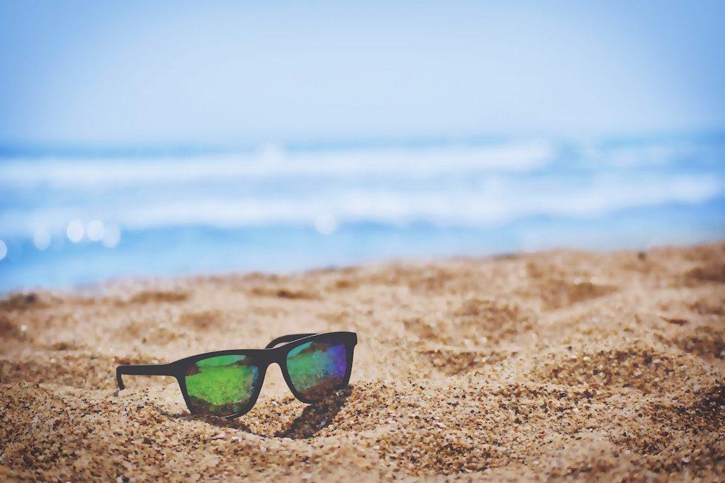 Lunettes de soleil sur la plage