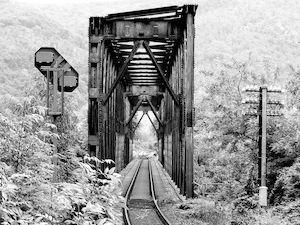 Photo d'un pont de train (noir & blanc)