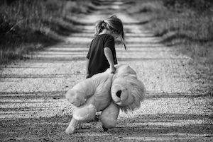 Petite fille traînant son ours en peluche (noir & blanc)