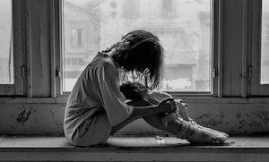 Petite fille sur le bord d'une fenêtre (noir & blanc)